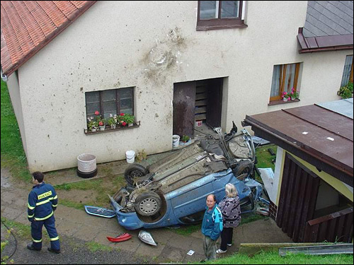 citroen c3 crash accident dans maison jardin
