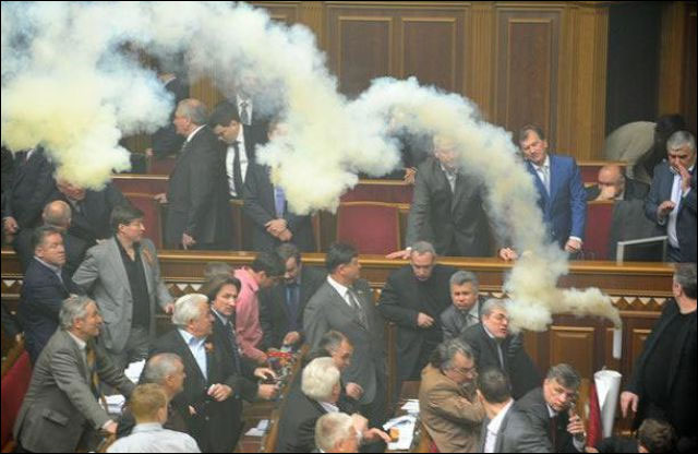 parlement ukraine depute fumigene