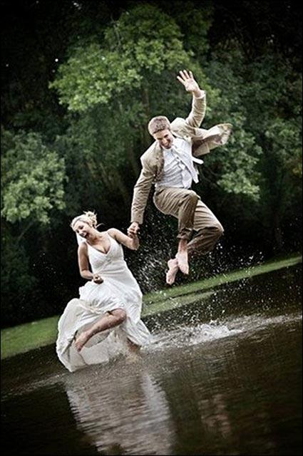 photo de mariage belle robe de mariee saut flaque eau jump original