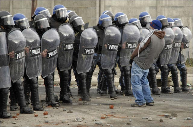 best of photos 2010 Reuters emeute police ukraine rebellion riot
