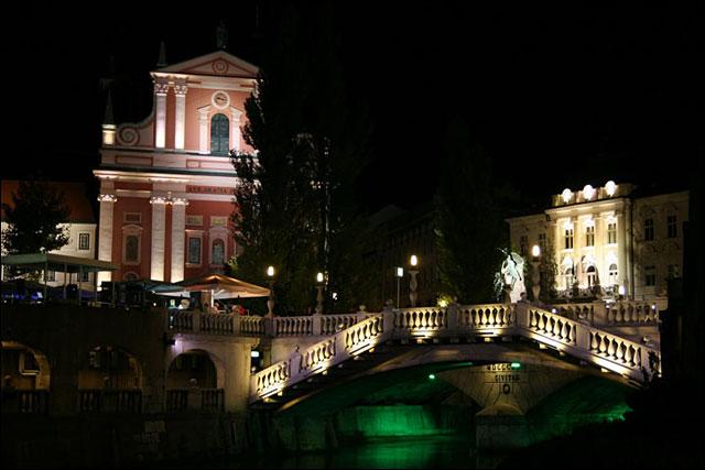 photo triple pont Ljubljana Tromostovje Slovenie touriste Slovenia fille slovene