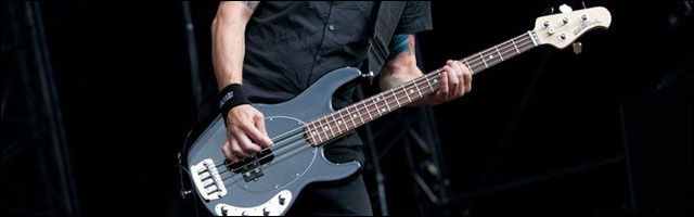 Volbeat basse guitare concert Sonisphere Festival 2011 photo live Papa Roach