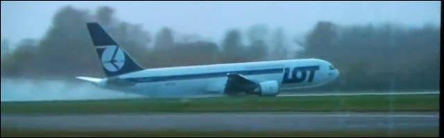 video actualite insolite avion atterrissage sans roue aeroport glisse planeur