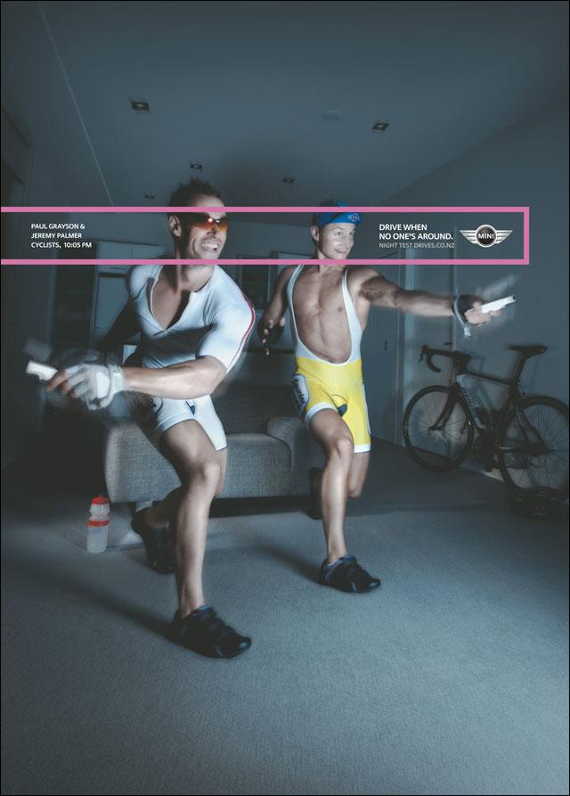 lecon conduite nuit Mini Cooper S publicite cyclistes gay jouent wii sport