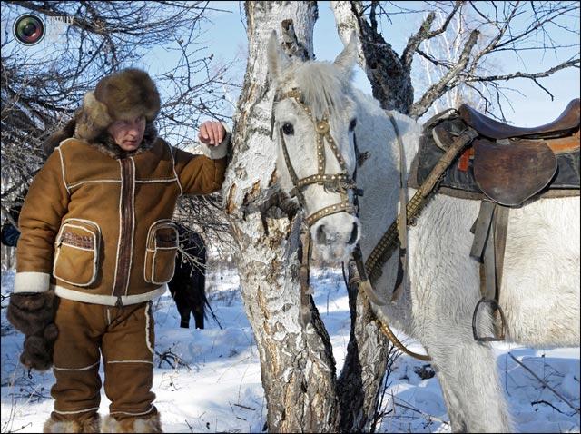 photo Vladimir Poutine balade cheval blanc neige Siberie avec doudoune poilue