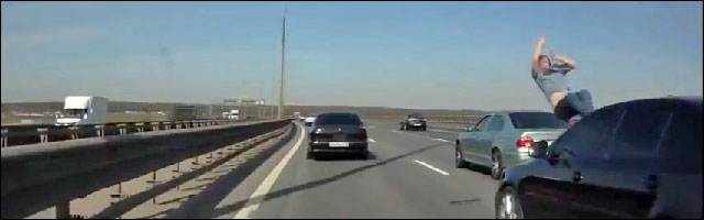 video accident voiture autoroute Russie crash test dummy homme percute
