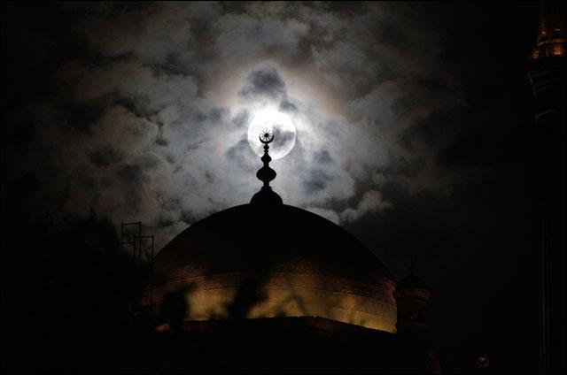 belle photo pleine lune sur paysage monument ville nature ciel etoile romantique