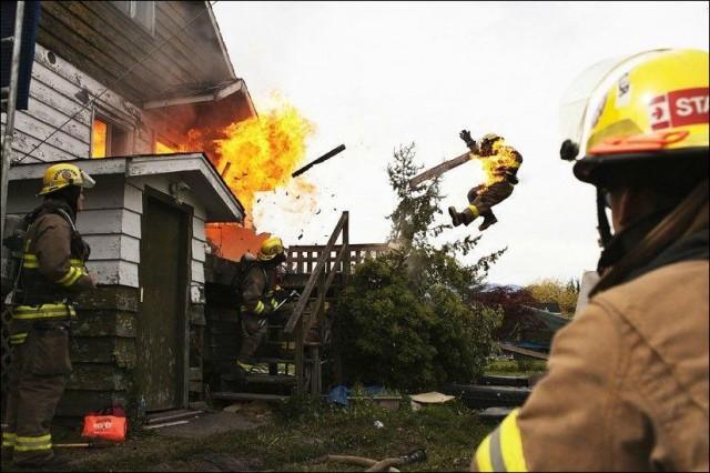 photo violente explosion eject sapeur pompier incendie depuis maison feu