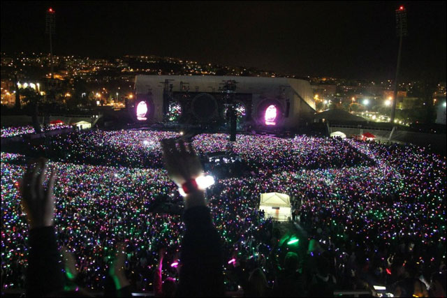 milliers lumieres pendant concert Coldplay Emirate Stadium stade Londres