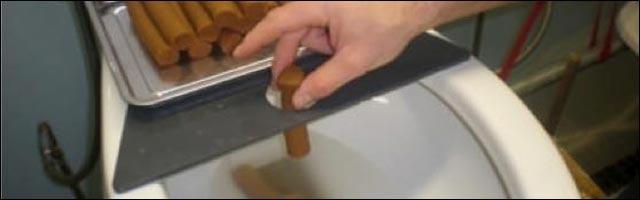 pire metier du monde testeur de toilettes WC fabriquer faux caca photo chasse eau