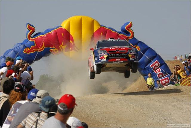 Sebastien Loeb photo Citroen C4 WRC saut jump rallye sable Red Bull