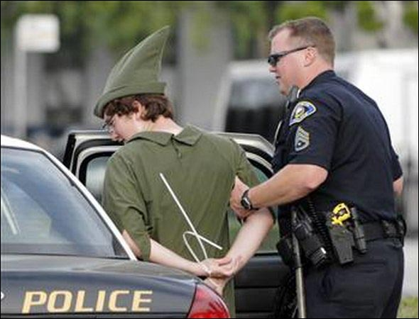 photo arrestation police costume deguisement Halloween femme policier flic