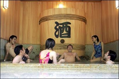 Japon insolite piscine spa sake alcool