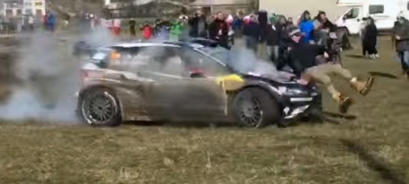photo video WRC Latvala renverse un spectateur et reprend sa route