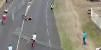 Un spectateur fait chuter des cyclistes avec une herse de barrières