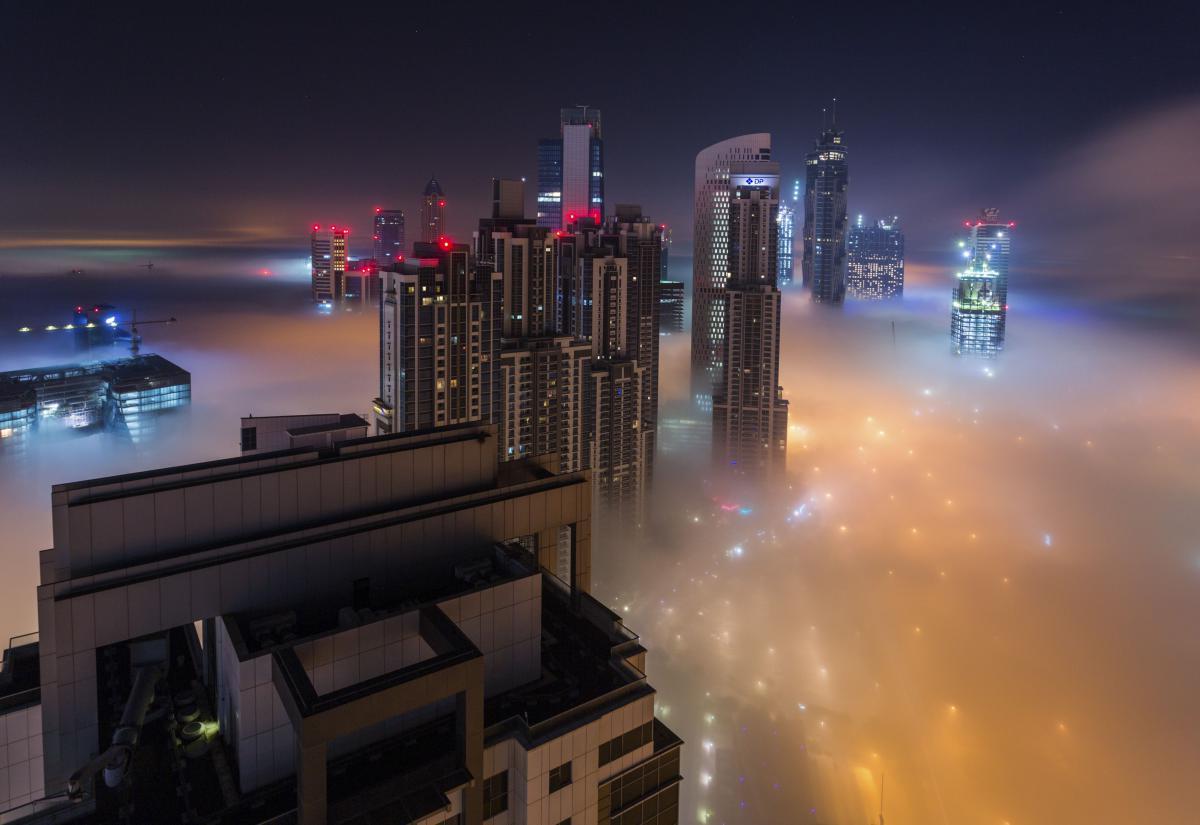 photo gratte ciel dubai nuage brouillard